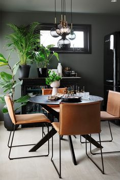 Vegger og tak er malt i LADY Pure Color 8304 Timian Dining Area, Dining Room, Wall Colors, Colours, Office Desk, Pure Products, Lady, Interior, Table