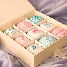 Caixa de cupcakes como lembrancinha de maternidade
