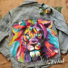 DIY JEandjacke bemalen mit Stoffmalfarbe DIY jacket to paint with fabric paint Painted Denim Jacket, Painted Jeans, Painted Clothes, Hand Painted, Customised Denim Jacket, Painted Shorts, Diy Clothing, Custom Clothes, Denim Art