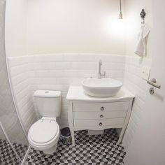 Ainda vamos colocar um espelho e uma prateleira nessa parede que está vazia, mas mesmo assim adoramos nosso banheiro social ✨. A princípio não íamos reformar os banheiros, mas um pouco antes da reforma começar vimos o banheiro do @apartamento.33 e nos apaixonamos ❤️. Aí não teve jeito, tivemos que reformar! É possível notar muitas semelhanças com o banheiro deles, pois ele foi uma grande inspiração para nós (e acredito que para muita gente por aí). Obrigada @apartamento.33 , graças a vocês…