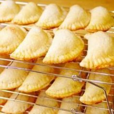 Lindaraxa: Empanaditas de Guayaba... Baked Cuban Guava Pastries ~ made w/cream cheese pie crust. Crust must be made 24 hrs ahead. (Puff pastry ones are in Food-Dessert and Breakfast..)