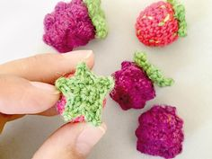 Kostenlose Anleitung: Fruchtige Erd- und Brombeeren häkeln / free diy crochet tutorial: how to crochet summerly berries via DaWanda.com