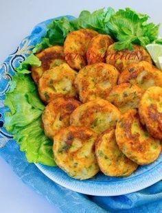 Krispig potatis med ost som är god att servera som tillbehör vid maten. Enkel att laga och mycket uppskattat av alla kring matbordet. 4 portioner krispig potatis med ost 6 st potatis, fast sort 3 dl riven ost 1 tsk vitlökspulver 1 msk salladskrydda eller örtsalt 0,5 tsk svartpeppar Olivolja Serveringsförslag: Saftig kycklingfilé- recept HÄR! Gör såhär: Tvätta potatisarna noga och behåll skalet på. Skär i ca 5 mm tjocka skivor. Lägg i en form med bakplåtspapper, krydda, strö på ost och ringla… Austrian Recipes, Swedish Recipes, Love Food, A Food, Food And Drink, Food Porn, Zeina, Dessert For Dinner, Recipe For Mom