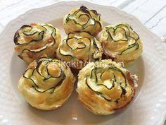 Le rose di pasta sfoglia con zucchine e formaggio sono degli sfiziosi antipasti finger food ideali per feste e aperitivi semplici da preparare