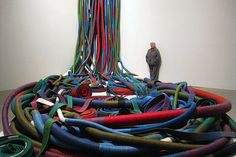 Sheila Hicks (Nebraska, 1934) American artist that lives and works in N.Y and Paris. She visited South America where she gets involved with the textile. She is part of the collection of the Met, Moma, Museum of Modern Art Tokyo, Pompidou o Stedelijk Museum in Amsterdam.