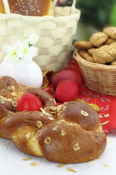 Easter is the biggest holiday in the Greek Orthodox Church. Here's a summary of some of the main traditions that are associated with it. Greek Easter Bread, Easter Bread Recipe, Italian Easter Bread, Easter Recipes, Easy Zucchini Bread, Orthodox Easter, Make Banana Bread, Greek Cooking, Easter Traditions
