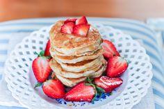 I pancake allo yogurt sono perfetti per una pausa leggera e nutriente. Senza burro, senza zucchero e senza latte, sono adatti a tutti.