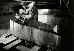 Howard Carter (1874-1939) devant la momie de Toutankhamon, en 1922