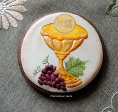 First Communion cookie, chalice, grapes, Host, by Piernikowe serca, posted on Cookie Connection