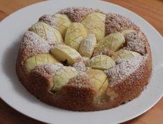 Für den Apfelkuchen nach Großmutters Art den Backofen auf 160°C Heißluft vorheizen. Butter schaumig rühren und dann nach und nach den Zucker und