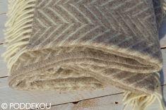 Svetlohnedá deka so vzorom rybia kosť,   kvalitná vlnená deka vo svetlohnedej a maslovo bielej farbe so strapcami. Herringbone, Blanket, Colors, Blankets, Shag Rug, Comforter, Herringbone Pattern