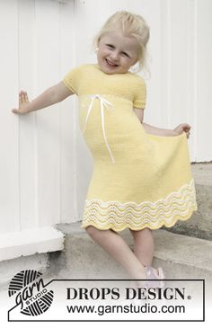 Knitted dress in garter st with wave pattern, round yoke and buttons in the back, in DROPS Cotton Merino. Size children 3 - 14 years