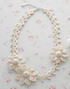 crochet flower necklace...another one that would be perfect for the winter months or Christmas. Sooo pretty!