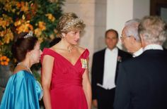 Princess Diana (1961 - 1997) with Princess Margaret (1930 - 2002) and President Francesco Cossiga during a banquet held at the V Museum in honour of the Italian state, October 1990. The Princess is wearing a Victor Edelstein dress. (Photo by Jayne Fincher/Princess Diana Archive/Getty Images)