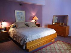 dormitorio pintado color morado, lila, malva