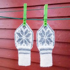 Ravelry: Miniselbu pattern by Tina Hauglund Knitted Mittens Pattern, Knit Mittens, Mitten Gloves, Knitted Hats, Knitting Patterns, Knitting Projects, Crochet Projects, Baby Hat And Mittens, Baby Barn