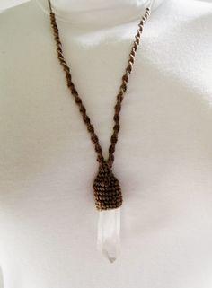 Senhora dos Anéis - Anéis em cristais Swarovski e pedras preciosas e outros acessórios.: Colar com ponta de cristal castroada no macramê