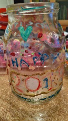 il barattolo della felicità : decorate un barattolo di vetro a vostro gradimento, riempendolo ogni giorno con un bigliettino indicante  un pensiero, un cibo o qualunque cosa di positivo accade in ogni singola giornata. Perchè non può piovere per sempre.