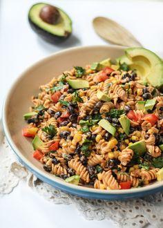 Vegetariana Ensalada Pasta Suroeste con Chipotle-Limón Yogur Griego Vestidor | 19 Deliciosos almuerzos para oficina con menos de 400 calorías