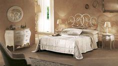 une tête de lit aux lignes originales et ovales en fer forgé blanc