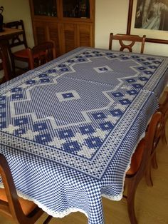 Mantel Punto Español - broderie Suisse, chicken scratch - cute tablecloth!
