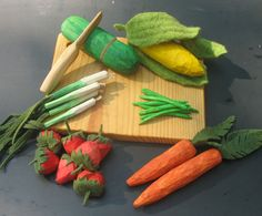 hand carved play fruits and veggies. supposed to be easy with tutorial at duo fiberworks. Wooden Play Food, Diy Play Kitchen, Play Kitchens, Kitchen Decor, Pretend Food, Pretend Play, Waldorf Toys, Waldorf Playroom, Crochet Food