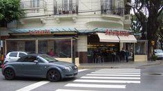 """Cafe """"""""Socrates"""""""" frente a la facultad de Filosofia y Letras, parada rigurosa de los estudiantes"""