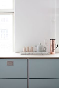 Welcome to this gorgeous Danish kitchen in pretty pastels. This is the home of Julie and her daughter and you can tell. The feminine pastel kitchen works Beautiful Kitchens, Beautiful Interiors, Estilo Shaker, Kitchen Interior, Kitchen Design, Interior Modern, Danish Kitchen, Scandi Living, Pastel Kitchen