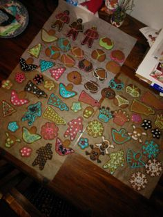 Lasteni, 5-, 4- ja 2-vuotiaitteni kanssa leivotut ja koristellut piparit! Lapset saivat itse valita värit, mitä koristelussa käytettiin. Kaikilla oli hauskaa ja joka ikinen piparikin on jo syöty! - by Susanna -- Piparkakku, Joulu, Gingerbread, Christmas