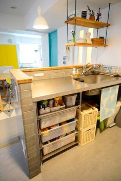 セミクローズだったキッチンの壁を取り払い、視界が抜けるオープンなⅡ型キッチンへ。 無印良品のワイヤーラック下部は、備蓄品やゴミ箱もスッキリ収納でき、使いやすさも抜群。 #キッチン #ステンレス #収納 Kitchen Sets, Kitchen Cart, Kitchen Organization, Sweet Home, Sink, New Homes, The Originals, Interior, Table