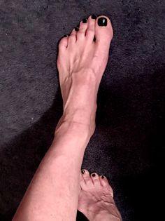I love black toe nails! Feet Soles, Women's Feet, Men Nail Polish, Toe Tattoos, Black Toe Nails, Mens Nails, Polished Man, Painted Toes, Barefoot Men