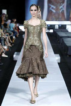modern yet luxurious kebaya with midi mermaid skirt