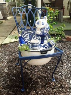 50 Planted Garden Chairs A Gallery Flea Market Gardening # Garden Totems, Glass Garden Art, Garden Planters, Glass Art, Garden Trellis, Chair Planter, Flea Market Gardening, Garden Junk, Garden Whimsy