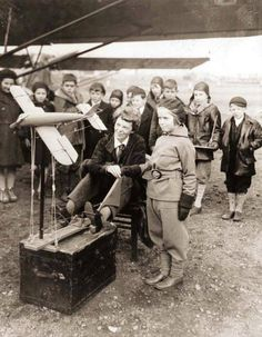 Nov 1933 : Aviatrix Amelia Earhart teaching the basics of aeronautics to young students from Newark, New Jersey. Amelie, Amelia Earhart Picture, Women In History, Art History, Old Photos, Vintage Photos, Female Pilot, Aviators Women, Old Soul