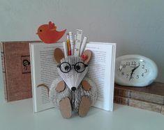 Sculpture de livre souris livre modifié livre page Art   Etsy Book Page Art, Book Pages, Gifts For Librarians, Book Sculpture, Book Folding, Book Themes, Altered Books, Different Shapes, Classroom Decor