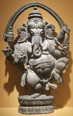 Rare sculpture of NataGanesha Note the details of the 'Torana' arch. See the details of embroidered clothing. Shri Ganesh, Ganesha Art, Shiva Art, Lord Ganesha, Indian Gods, Indian Art, Temple Indien, Arte Tribal, Buddha Painting