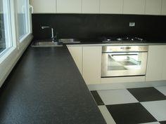 cucina contemporanea con top & schienale in nero assoluto spazzolato www.pulchria.it