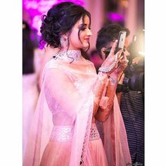 Fatima Soomar Bridal Makeup for indian wedding on lehenga Photo of Messy bun with loose curls for sister of the bride Bridal Hairstyle Indian Wedding, Bridal Hair Buns, Indian Wedding Outfits, Bridal Outfits, Indian Weddings, Hair Wedding, Wedding Dresses, Indian Bridal, Wedding Bride