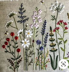 Floral Embroidery Patterns, Simple Embroidery, Japanese Embroidery, Hand Embroidery Designs, Embroidered Flowers, Hand Embroidery Videos, Hand Embroidery Stitches, Embroidery Hoop Art, Ribbon Embroidery