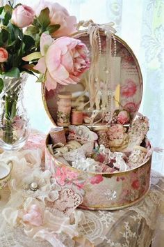 15 Shabby Chic Bedroom Decor Ideas (Can I use a hat box to make this?)