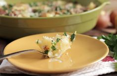 Delicious cheesy herb potatoes topped with fresh herbs and delicious cheese. All melted together with potatoes. This is a delicious dish that pleases the whole family.