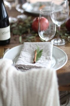 Beautiful last minute Christmas table setting for less than $15! Get the easy DIY details