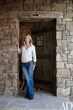 Julie Frist stands in front of the entry to the home she shares with her husband, Tommy Frist, in Big Sky, Montana, which was designed by JLF & Assoc. and decorated by Markham Roberts. Lodge Style Decorating, Family Room Decorating, Montana Homes, Colorado Homes, Architectural Digest, Alpine Style, Home Building Design, Craftsman House Plans, Cottage Interiors