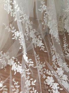 Top-Qualität 3D Blüten Braut Spitzenstoff in Braut weiß. eine perfekte Kombination aus Applikation Blume 3D Organza und Tüll Spruch mit einer Liebesbeziehung mit Mode und Braut Stil Beide Seiten sind mit Oberfläche Jakobsmuschel, dick und zarte handgefertigte 3D Blumenapplikation. Breite
