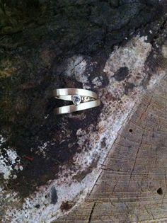 Vermaakte trouwringen met witte saffier.