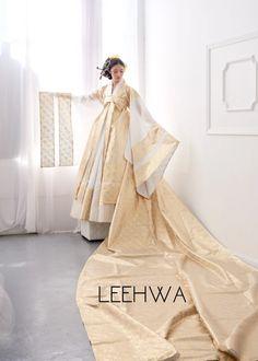 Korean Traditional Dress, Traditional Fashion, Traditional Dresses, Hanbok Wedding, Korean Bride, Korea Dress, Modern Hanbok, Culture Clothing, Ulzzang Fashion