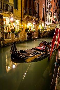 Gondola en Venecia de Noche