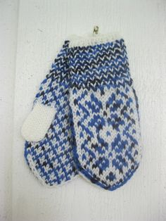 These baby mittens are handknitted i Norway, in an old traditional pattern called Selbu. They are knitted in very soft and warm wool. I also sell matching socks. Baby Mittens, Knit Mittens, Mitten Gloves, Knitted Hats, Black Labrador Dog, Cozy Socks, Warm And Cozy, Different Styles, Barn