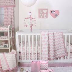 Já falamos várias vezes sobre a estampa chevron. Ela é uma das queridinhas da decoração do quarto do bebê e promove uma ambientação super moderna no espaço. Uma das vantagens de usar o chevron na decoração é a sua versatilidade: ele combina com diversos temas, podendo ser incluído em praticamente qualquer estilo de quarto de bebê, e pode ser explorado em diversas cores. No quarto das meninas, o rosa segue como o grande favorito das mamães e ganha um ar mais contemporâneo com a estampa.