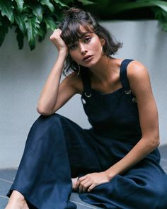 a blue jumpsuit, medium-length hair, semi-free coiffure, large earrings, coiffure … Street Style Boho, Hair Inspo, Hair Inspiration, Fashion Inspiration, Which Hairstyle Suits Me, Taylor Lashae, Free Hair, Hairstyles With Bangs, French Hairstyles